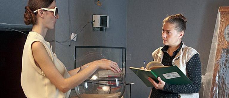 персонажи из сериала Чокнутая (2010)